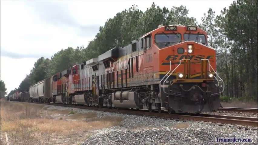CSX Q452 with BNSF warbonnet-Q441 with former WRA GP40-2
