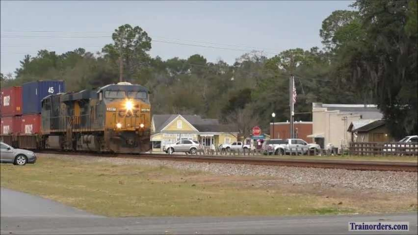 CSX Q037 conducts crew change at Folkston