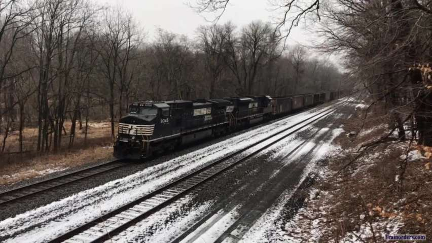 Empty coal roars west in Valley Forge straightaway