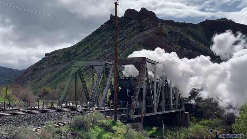 4014/844 train cross bridge at Devil's Slide